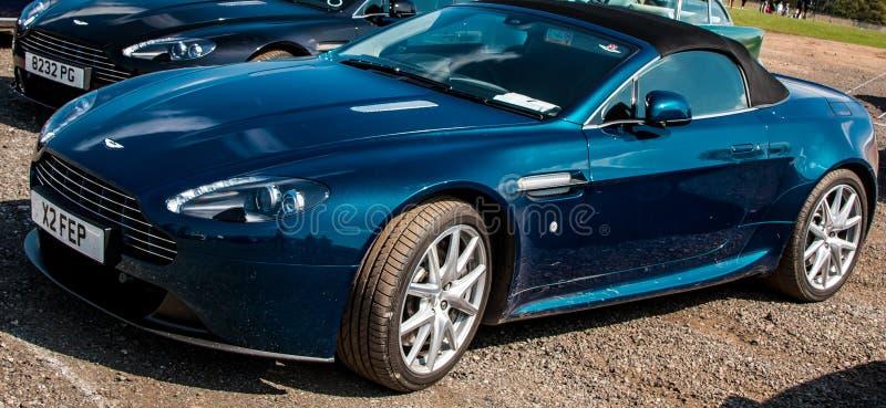Blaues konvertierbares Aston Martin V8 günstig stockbilder