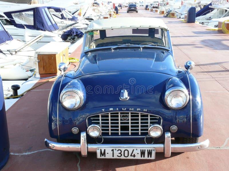 Blaues konvertierbares Triumph TR3 geparkt in Spanien stockfotos