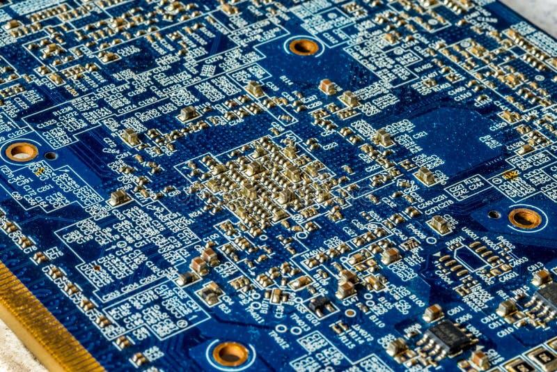 Blaues Leiterplatte PWB mit vielen mikroskopischen elektronischen Teilen stockfotografie