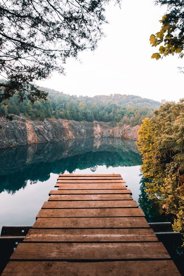 Blaues Loch-Unterschlupf-Dock-Springen lizenzfreie stockfotografie