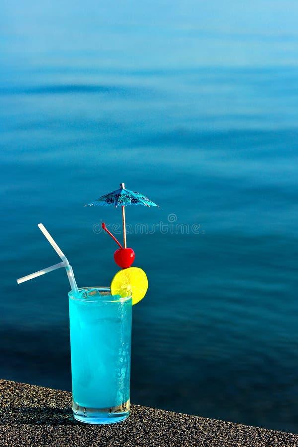 Blaues logaoon Cocktail auf Wasserhintergrund stockfoto
