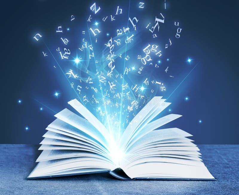 Blaues magisches Buch lizenzfreie stockbilder