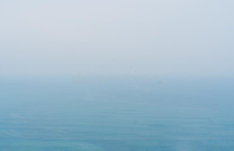 Blaues Meer mit Nebel und bewölktem Himmel, Geheimnisumwelt über Ozean lizenzfreies stockfoto