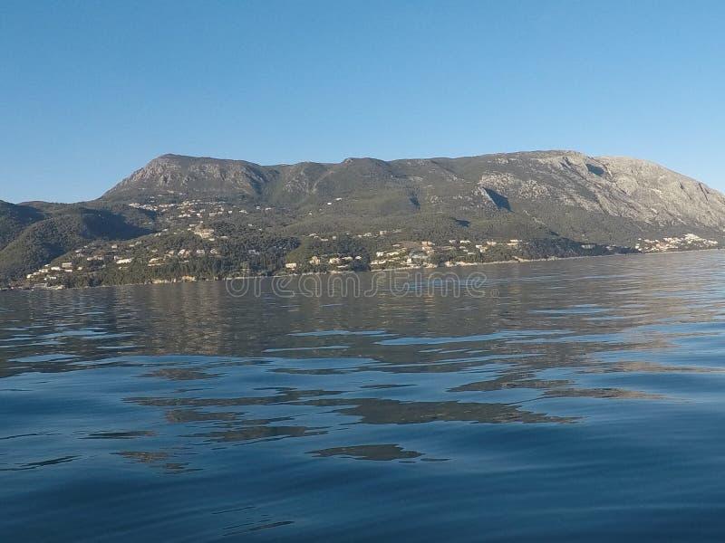 blaues Meer und Berge auf dem Horizont stockfoto