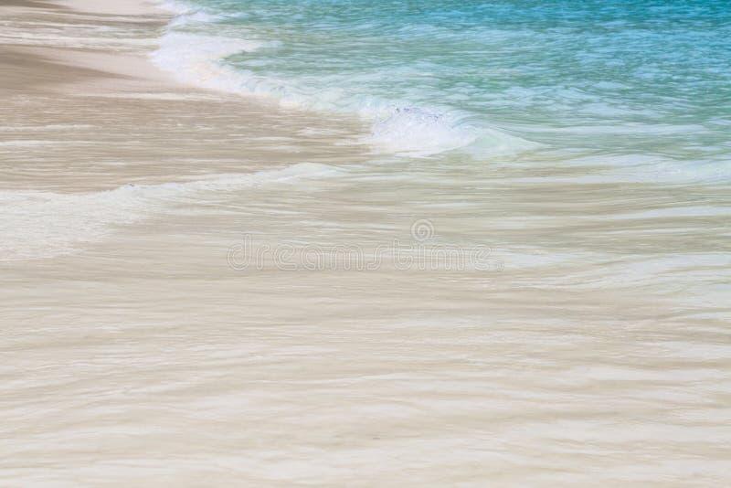 Blaues Meer und nette Welle lizenzfreie stockfotos