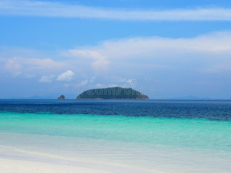 Blaues Meer und weißer Sandstrand mit blauem Himmel stockfotos