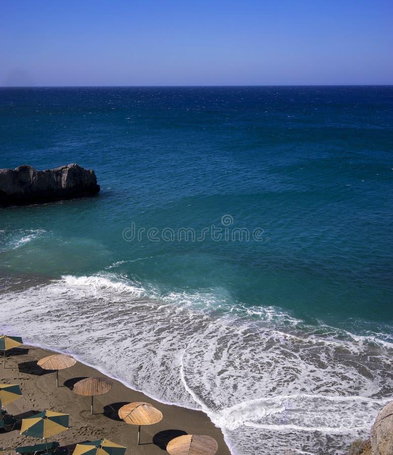 Blaues Meer und wenig Strand in Creta stockfotografie