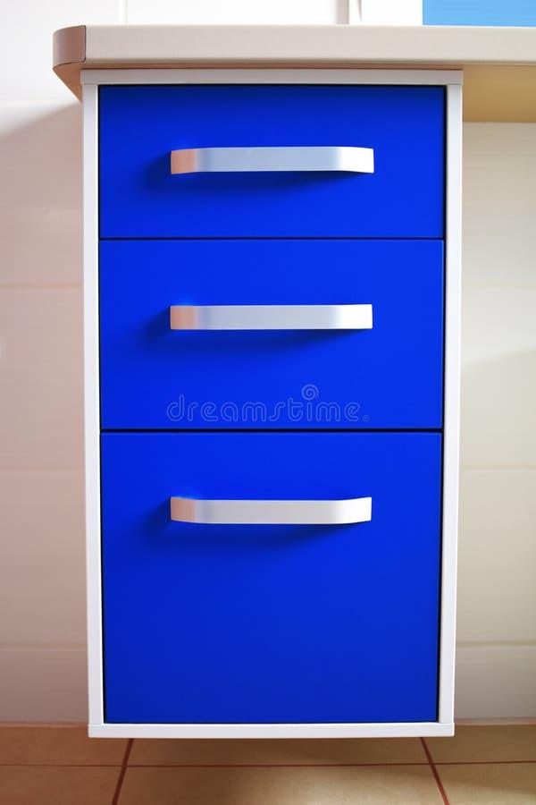 Blaues modernes Kommode mit drei Fächern stockfotografie