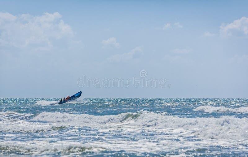 Blaues Motorboot mit Rettungsmannschaft lizenzfreie stockbilder