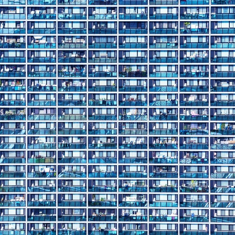 Blaues Muster mit kleinen Balkonen und Fenstern, Osaka, Japan stockfotos