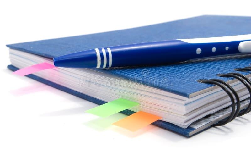 Blaues Notizbuch mit Feder und Bookmarks lizenzfreies stockfoto
