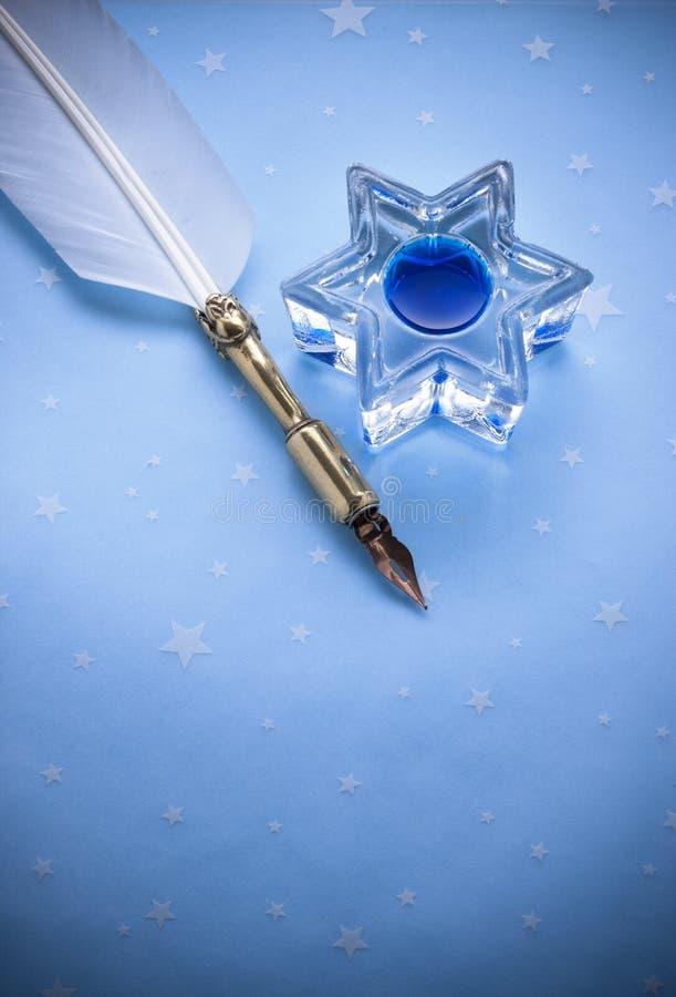 Blaues Papier-Tinten-Stift-Hintergrund lizenzfreie stockfotos