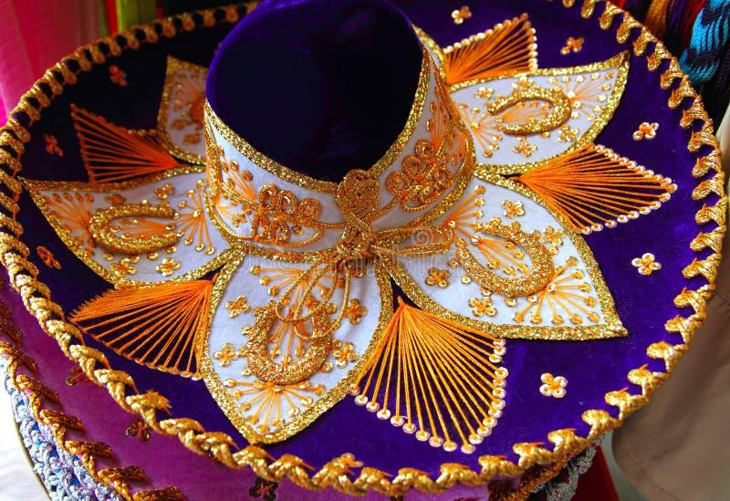 Blaues Purpurrotes des mexikanischen Hutes des Charro Mariachis und golden lizenzfreie stockfotos