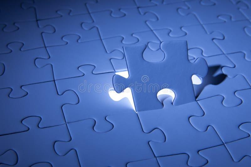 Blaues Puzzle Geschäftslösungen, Probleme, Wissenschaftstechnologie und Teamentwicklungskonzept lösend lizenzfreie stockfotos