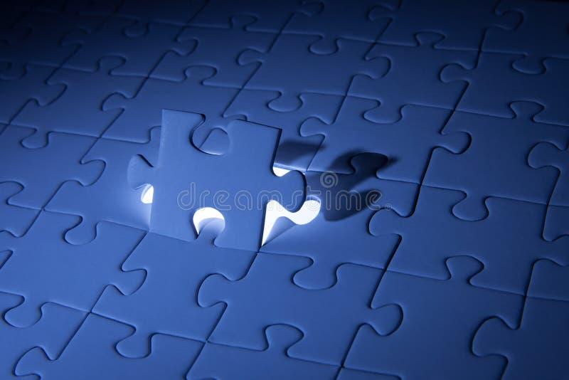 Blaues Puzzle Gesch?ftsl?sungen, Probleme, Wissenschaftstechnologie und Teamentwicklungskonzept l?send stockfotos
