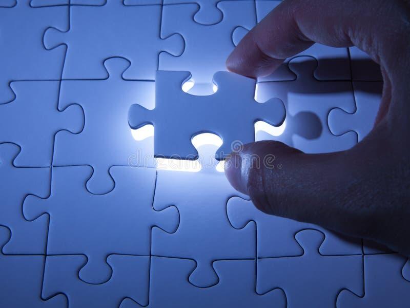 Blaues Puzzle Gesch?ftsl?sungen, Probleme, Wissenschaftstechnologie und Teamentwicklungskonzept l?send lizenzfreie stockbilder