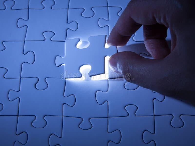 Blaues Puzzle Gesch?ftsl?sungen, Probleme, Wissenschaftstechnologie und Teamentwicklungskonzept l?send stockfotografie