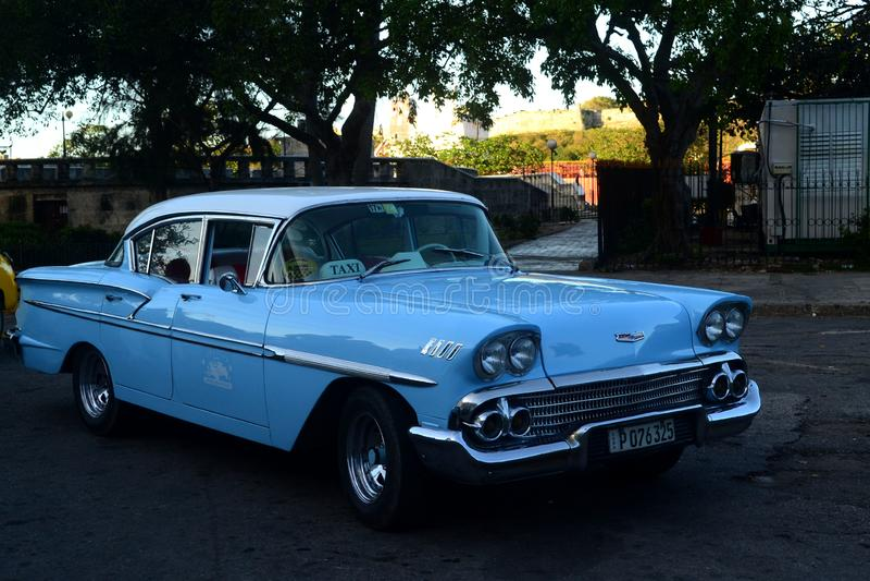 Blaues Retro- Weinleseautotaxi Havana, Kuba stockfoto