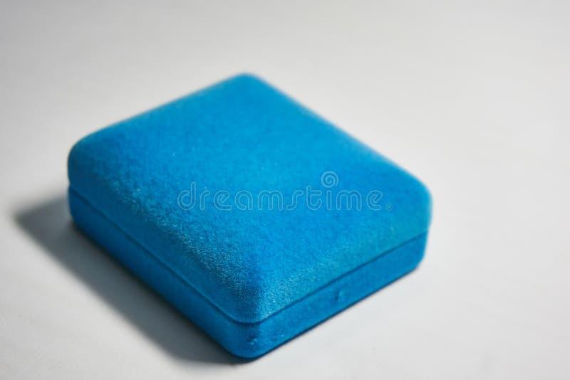 Blaues Samtschmuckkästchen stockbild