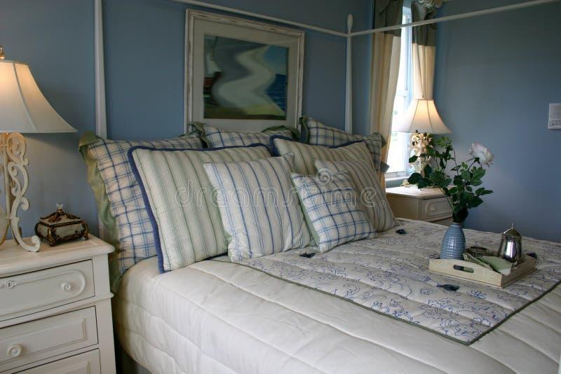 Blaues Schlafzimmer stockbild. Bild von bett, bettdecke - 867811