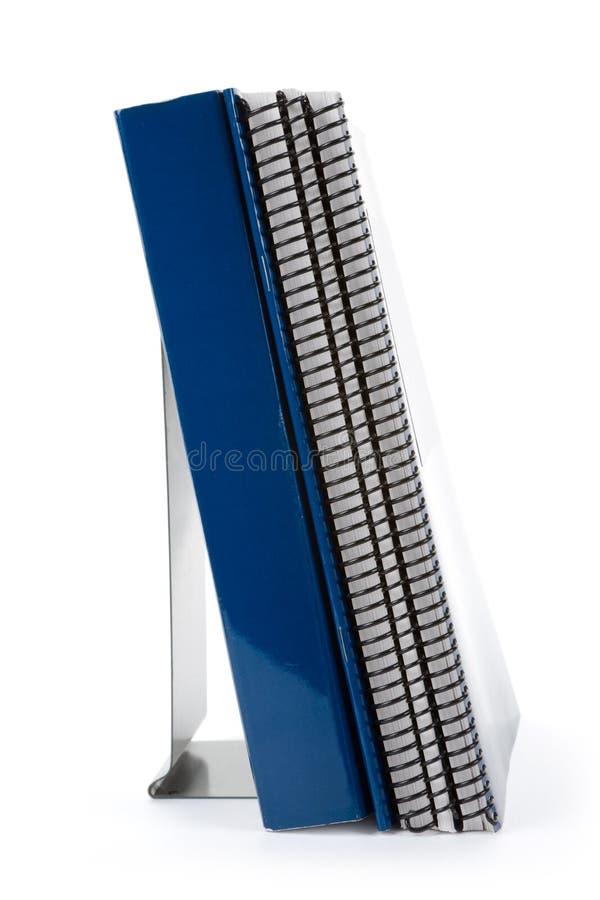 Blaues Schulelehrbuch und -bücherstütze lizenzfreies stockbild