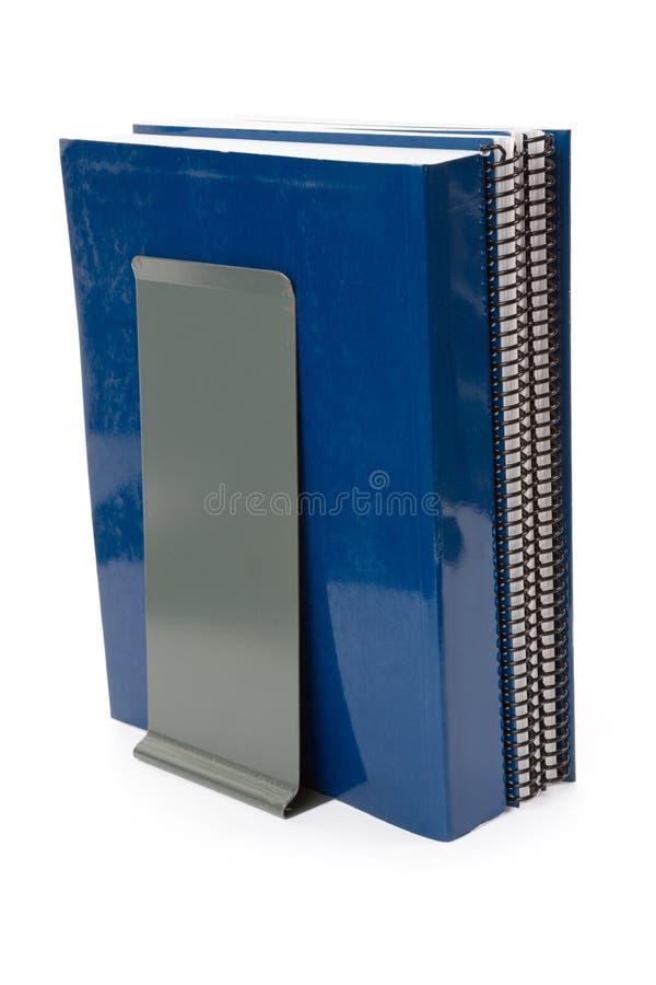Blaues Schulelehrbuch und -bücherstütze stockbild
