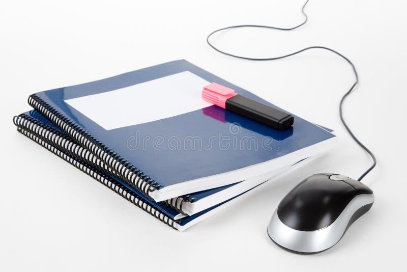Blaues Schulelehrbuch und Computermaus stockfoto