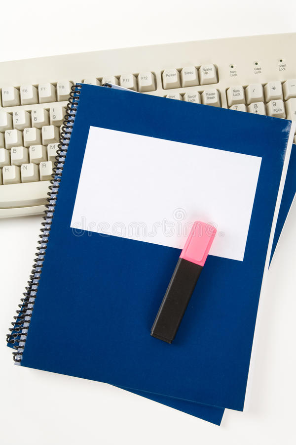 Blaues Schulelehrbuch und Computertastatur stockfotografie