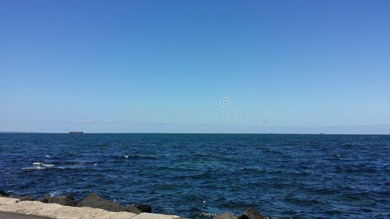 Blaues Seeblauer Himmel lizenzfreie stockfotos
