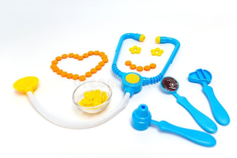 Blaues Stethoskop, Otoscope, Hammer, zahnmedizinischer Spiegel lokalisiert auf weißem Hintergrund Stethoskop liegt auf Set Geld D lizenzfreie stockfotos
