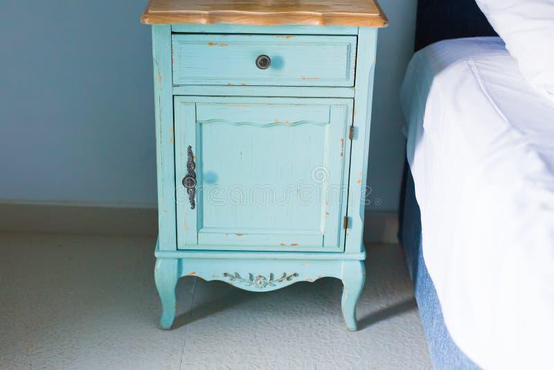 Blaues stilvolles nightstand stockfotos