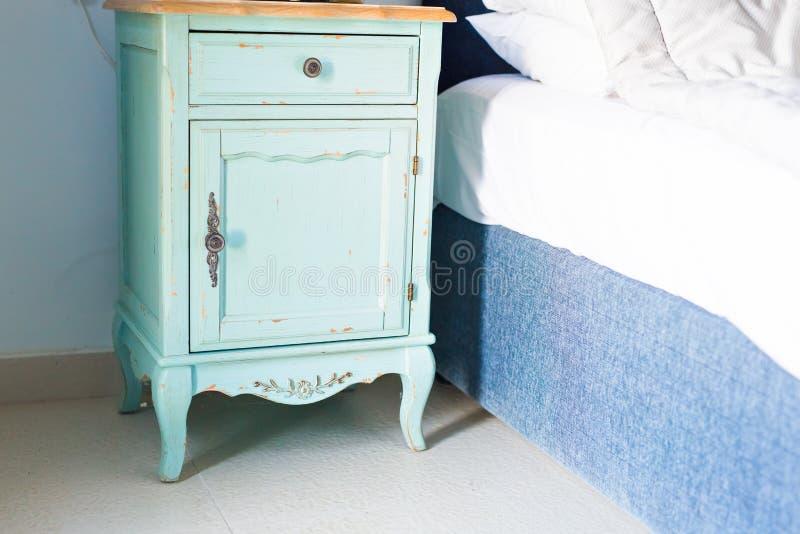 Blaues stilvolles nightstand stockbild
