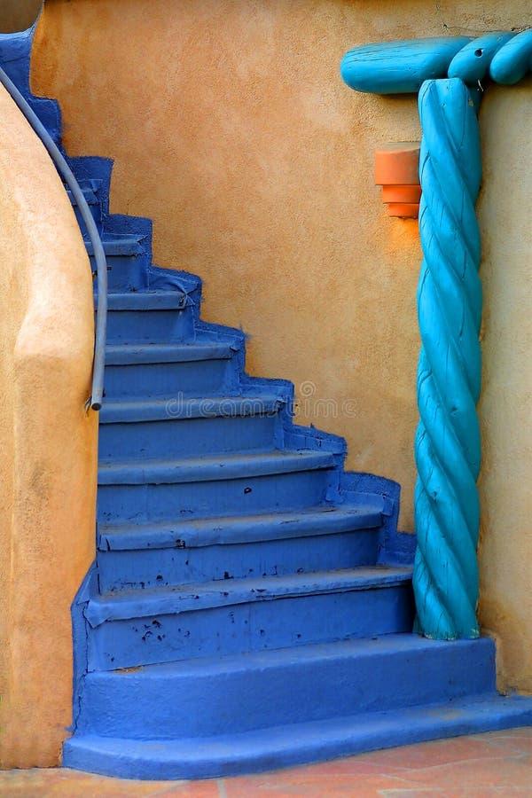 Blaues Treppenhaus lizenzfreie stockfotos
