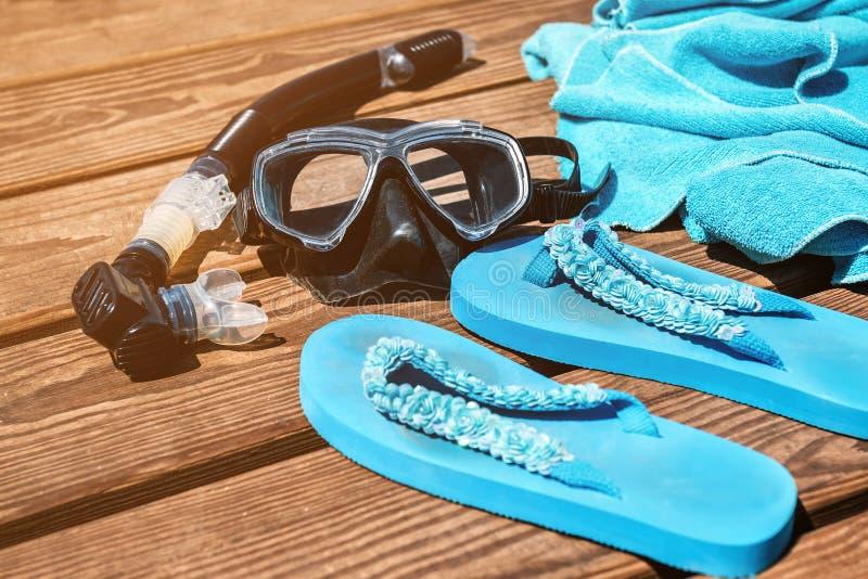 Blaues Tuch, tauchende Maske und Flipflops lizenzfreies stockfoto