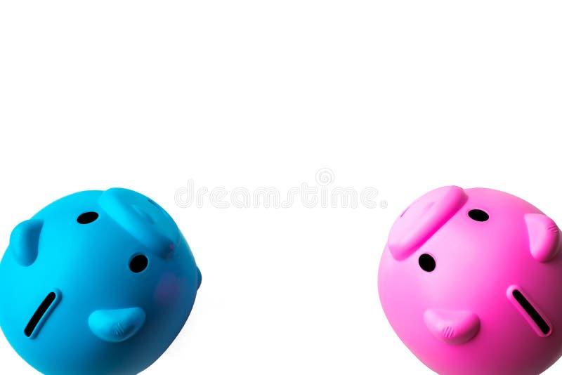 Blaues und rosa Sparschwein auf einem Reinweißhintergrund Einsparungsgeldkonzept mit leerem oder leerem Raum für Mitteilung stockfoto