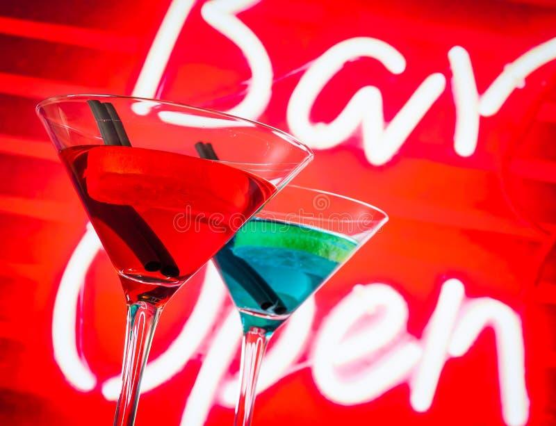 Blaues und rotes Cocktail mit Neonbarworthintergrund mit Raum für Text lizenzfreie stockfotos
