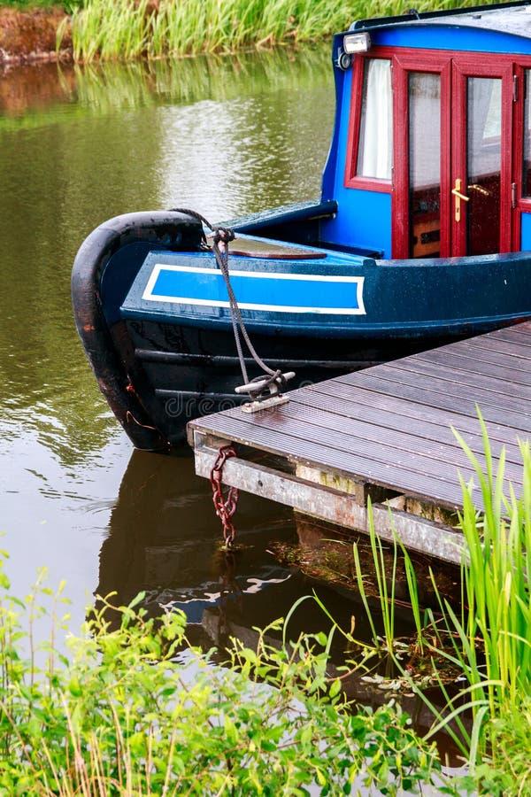 Blaues und rotes Kanalboot machte in weiter u. in Clyde Canal, Scotl fest stockfoto