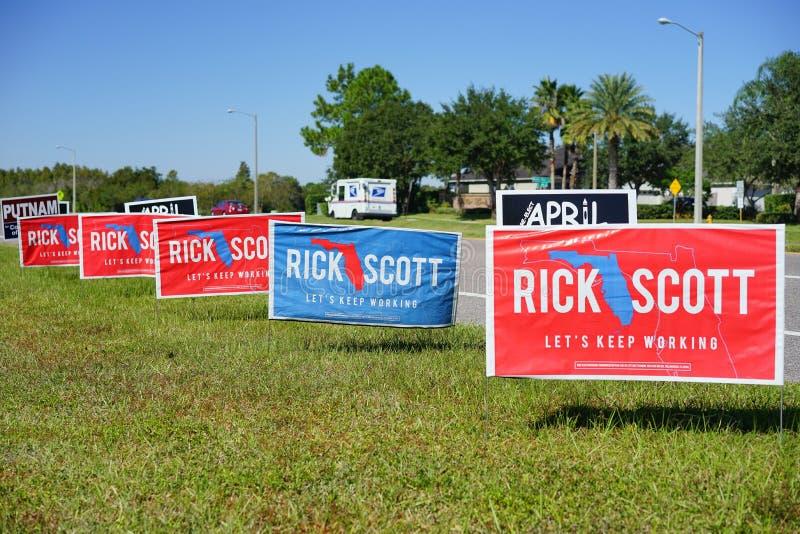 Blaues und rotes Wahlabstimmungszeichen, das für Rick Scott für Florida-Gouverneur wählt lizenzfreie stockbilder