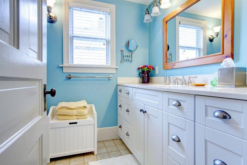 Blaues und weißes Badezimmer lizenzfreie stockfotos