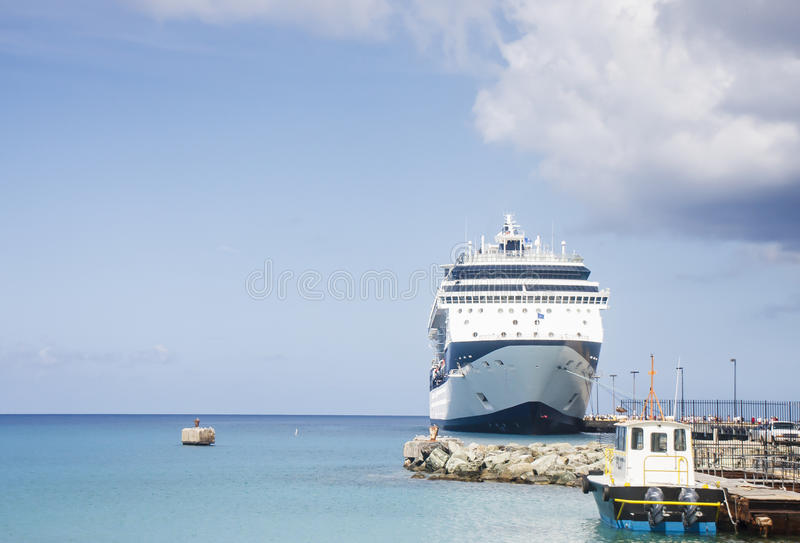 Blaues Und Weißes Kreuzschiff Und Versuchsboot Lizenzfreies Stockfoto