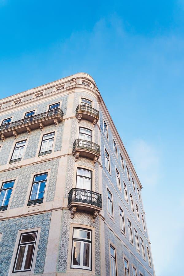 Blaues und weißes traditionelles mit Ziegeln gedecktes Gebäude in Lissabon, Portugal stockfotos