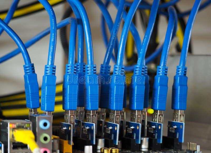 Blaues USB-Datenkabel für das Bergbau lizenzfreie stockfotografie