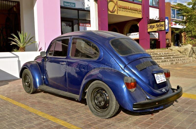 Blaues Volkswagen in einer mexikanischen Stadt stockbild