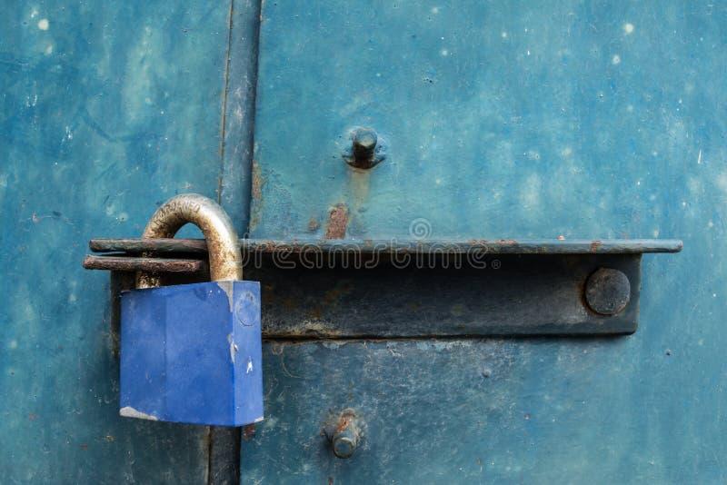Blaues Vorhängeschloß auf Stahltür lizenzfreies stockbild