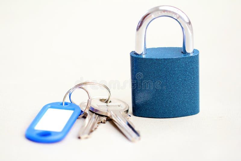 Blaues Vorhängeschloß mit Schlüsseln lizenzfreie stockfotografie