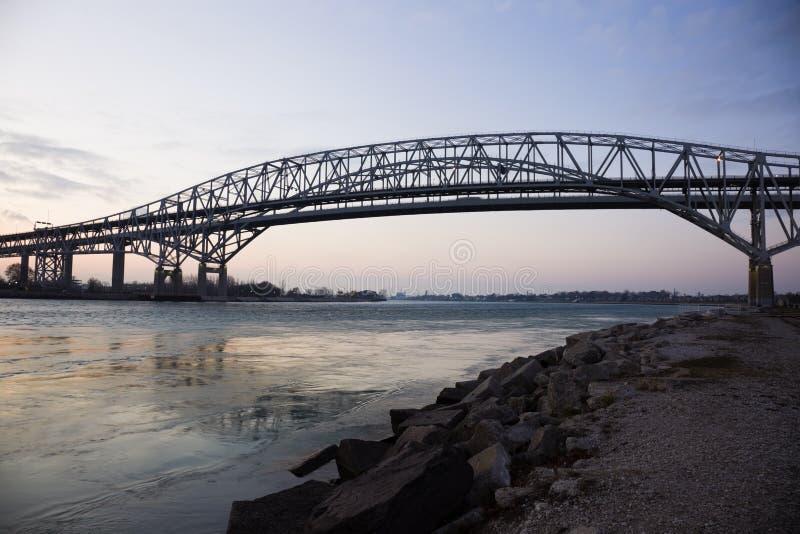 Blaues Wasser-Brücke lizenzfreies stockfoto