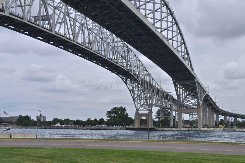 Blaues Wasser-Brücken 2 lizenzfreies stockfoto