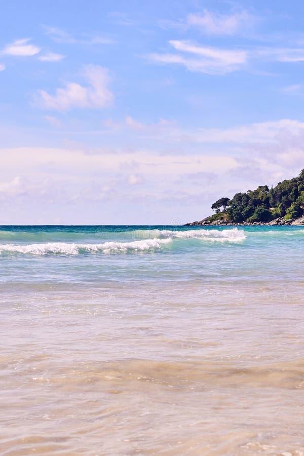 Blaues Wasser der Küste Sonniger Tag stockfotos
