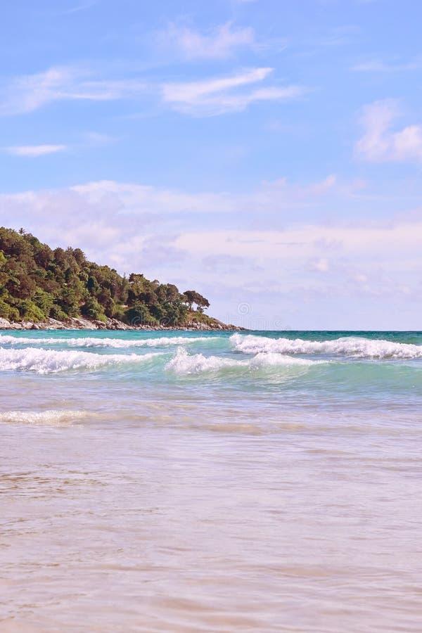 Blaues Wasser der Küste Sonniger Tag lizenzfreie stockfotos