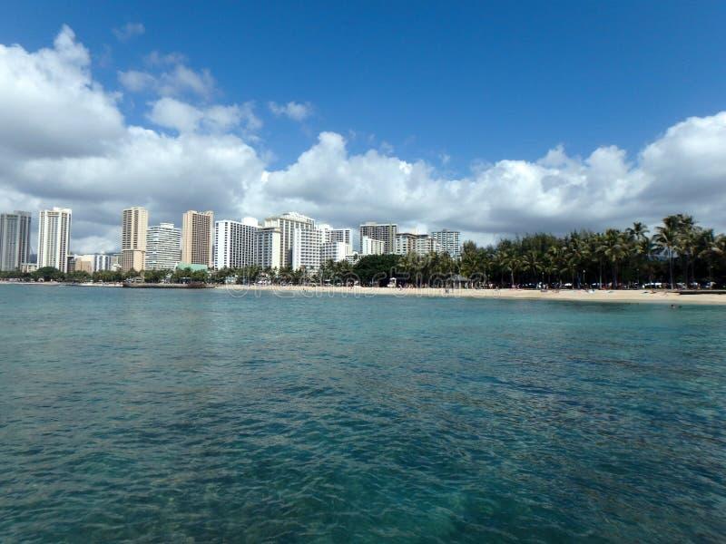 Blaues Wasser des Queensstrandes und -piers in Waikiki stockfoto